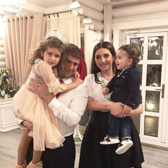 Пара поженилась и стала родителями, правда вынуждена жить на два города - в Москве и в Кишиневе, поскольку Илан не может оставить бизнес, а Жасмин – карьеру.