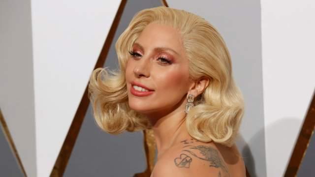 Еще одна хитрость Голливуда - парики на сетке. Именно благодаря им звезды могут часто менять образ, причем довольно кардинально. Ими пользуется, например, Леди Гага . Парик выдает ровная линия волос на границе со лбом.