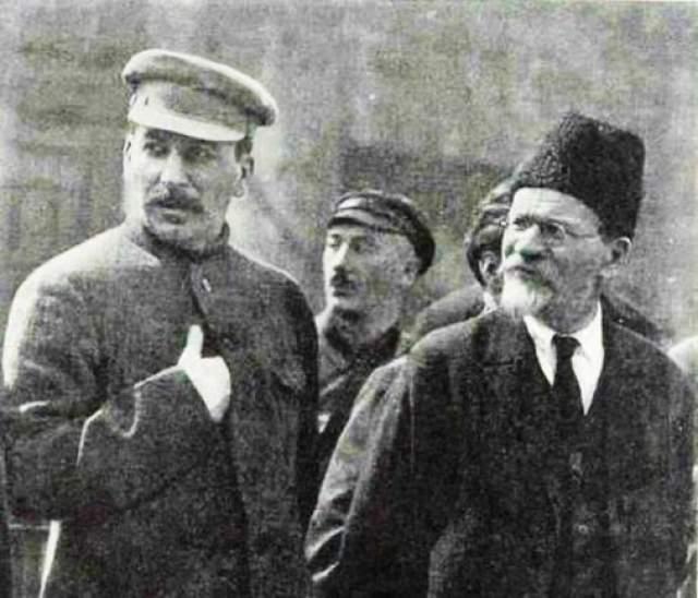 Формально главой СССР дольше всех был Михаил Калинин, который 16 лет занимал пост Председателя Президиума ЦИК СССР, а затем еще восемь лет являлся Председателем Президиума Верховного Совета СССР.