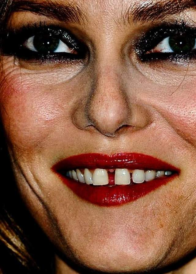 Щель между зубами Ванессы Паради многие считают изюминкой, но при таком ближайшем рассмотрении она, согласитесь, пугает.