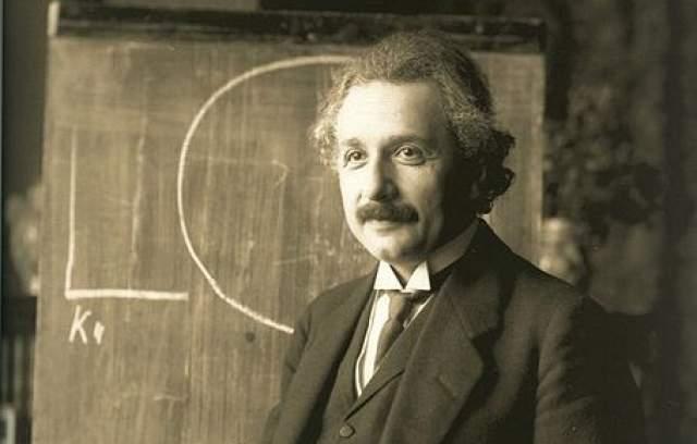 Альберт Эйнштейн. Гений математики и физики стал прообразом настоящего профессора, благодаря своим растрепанным волосам и густым усам.