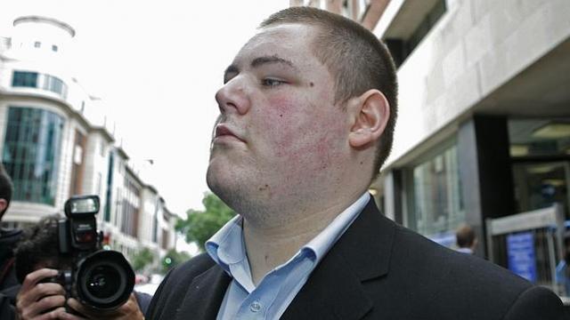Его обвинили в хулиганстве, краже и нанесении вреда чужому имуществу, но последнее обвинение было отклонено.