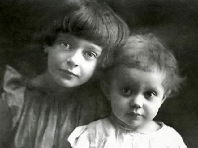 В 1919 году мать отдала обеих дочерей в приют, чтобы в сложный год девочки жили не в голоде. При этом Ирине было всего два года. При этом и в приюте в Кунцево девочки недоедали и были лишены внимания и заботы.