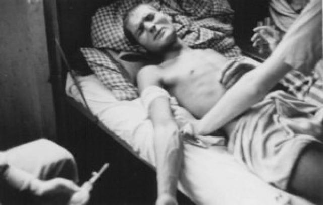 """Сохранилась подробная документация о проведении им операций, в ходе которых в паховую область гомосексуальным узникам лагеря вшивалась капсула с """"мужским гормоном"""", которая должна была сделать из них гетеросексуалов."""