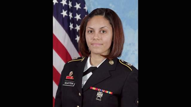 Хильда Клейтон погибла во время учебных стрельб в афганской провинции Лагман. В миномете, который она фотографировала, мина разорвалась прямо в стволе.