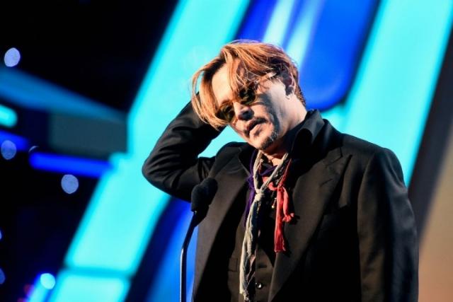Также во время выступления актер начал ругаться матом, хотя церемония транслировалась в прямом эфире.