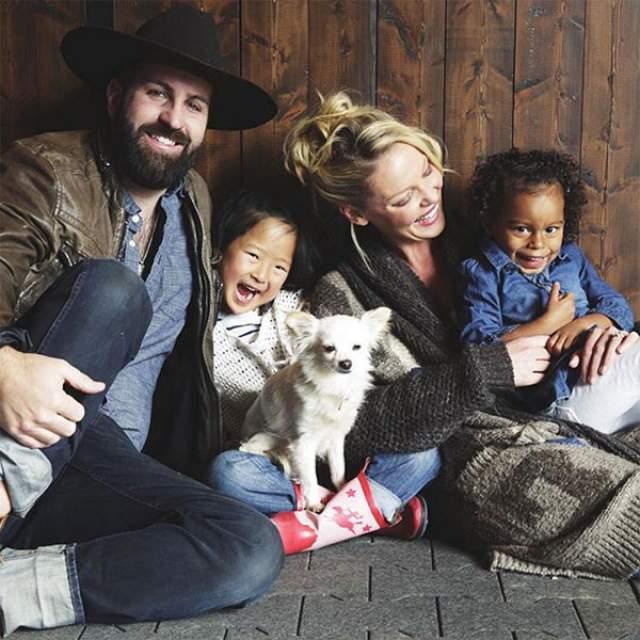 В сентябре 2009 пара усыновила дочь из Южной Кореи, Нэнси Ли, через три года в семье появилась еще одна усыновленная дочь, Аделаида Мари Хоуп, а их сын, Джошуа Бишоп Келли - младший, родился 20 декабря 2016 года.