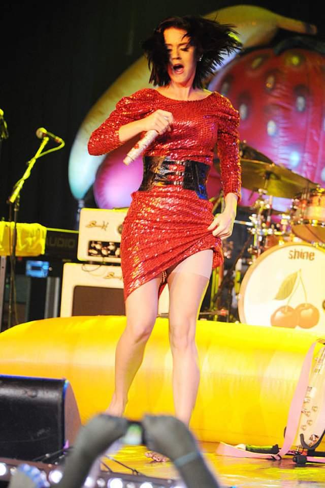 Кэти Перри зачем-то сама задрала подол платья, демонстрируя шортики Spanx.
