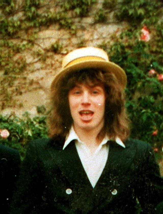 Тони Блэр. Бывший Премьер-министр Великобритании во время учебы не отличался примерным поведением, ненавидел официальную форму одежды, подражая Мику Джаггеру, ходил в джинсах и отращивал длинные волосы.