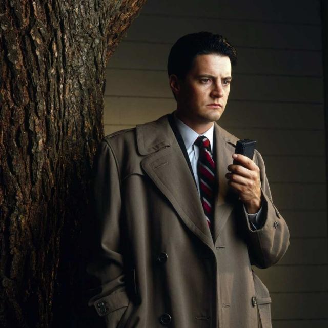 """Кайл Маклахлен. Главный герой сериала """"Твин Пикс"""" Дейл Купер, обладающий оригинальным чувством юмора и одержимый """"хорошим кофе"""" покорил сердца телезрительниц, прежде всего, своей необычностью."""