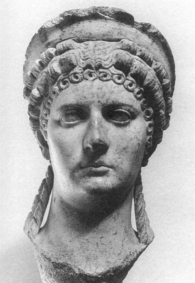 В юном возрасте Нерона женили на Октавии, но он испытывал к ней открытое отвращение. По этой причине он регулярно встречался с красивыми и веселыми девушками. Одной из таких была Поппея, супруга его друга. Она же толкнула Нерона на убийство собственной матери. Вскоре он развелся со своей женой и вступил в брак с Поппеей.