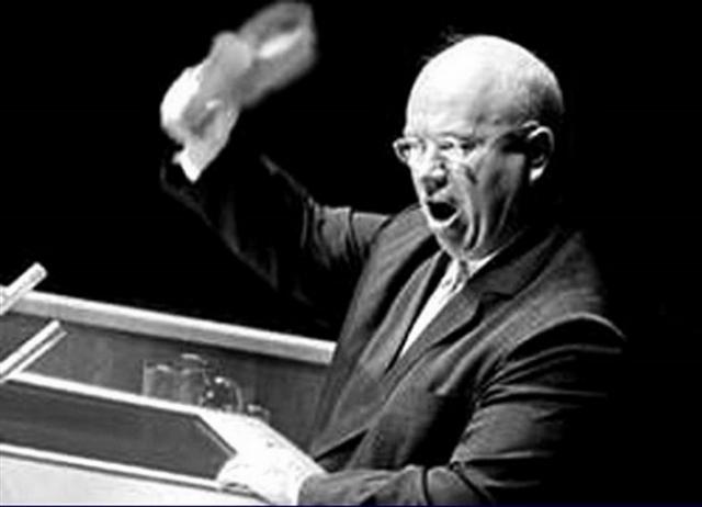 """Один из самых распространенных мифов о Хрущеве - это то, что 12 октября 1960 года во время заседания 15-й Ассамблеи ООН он снял с себя ботинок и стал стучать им по столу, обещая в очередной раз показать Западу """"кузькину мать"""". Есть даже множество фотоподделок (на фото одна из них)."""