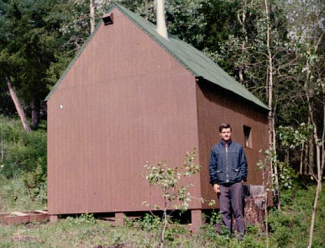 Проработав некоторое время в Беркли, он уволился, переехал в горы штата Монтана, где на лестном участке построил себе фанерный дом. Создал собственную идеологию, перестал пользоваться электричеством и какими-либо инструментами. А в своей работе вместо компьютера он пользовался пишущей машинкой.