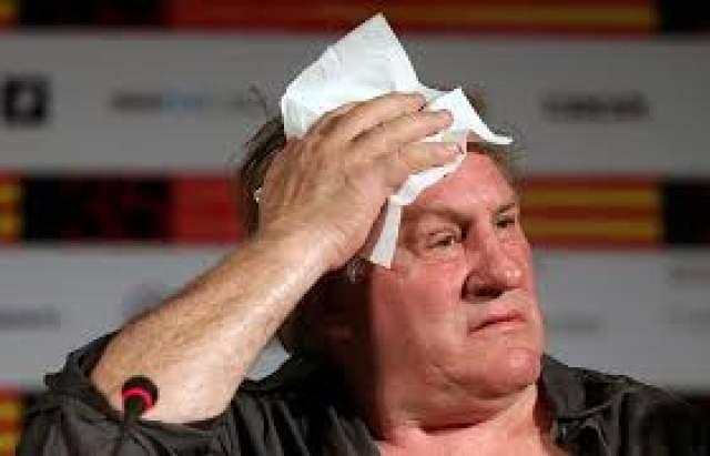 """Но хлеще всех устроил разборку француз Жерар Депардье в самолете """"Париж-Дублин"""" летом 2011-го.Взойдя на борт воздушного судна, актер тут же захотел в туалет. Стюарды ответили, что по правилам его откроют только после взлета. А Депардье расстегнул брюки и справил малую нужду… в бутылку из-под воды, причем прямо на публике."""