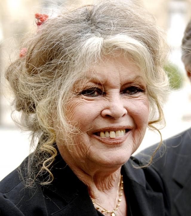 Сейчас она продолжает стареть естественно и даже волосы не красит, к сожалению многих поклонников.