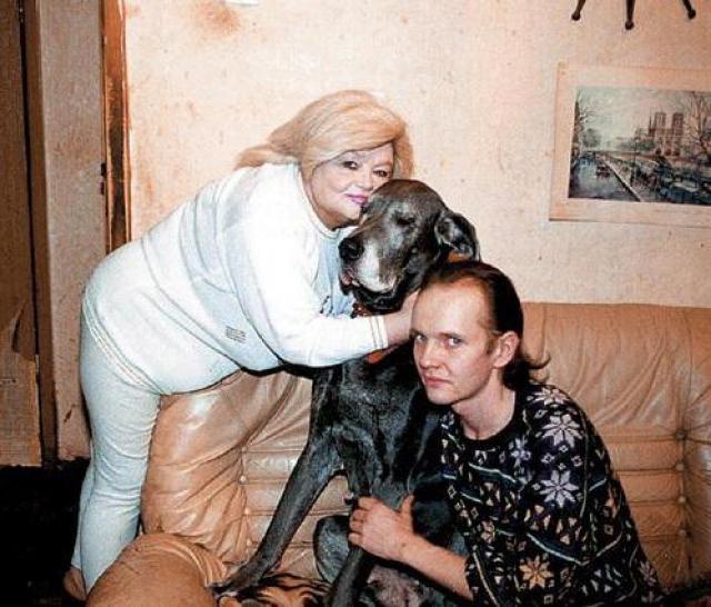 Дмитрий предпочел другую профессию и легко поступил в МГИМО, который успешно закончил в 1991 году. Казалось бы, судьба юноши складывалась очень удачно, он женился на любимой девушке, у них родился долгожданный сын...