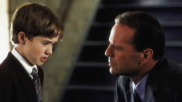 """Роль в этом фильме принесла мальчику номинацию на """"Оскар"""" в 11 лет. Но перед тем, как сыграть обладающего паранормальными способностями Коула вместе с Брюсом Уиллисом, была еще роль Форреста Гампа-младшего и фильм """"Богус"""" с Жераром Депардье."""