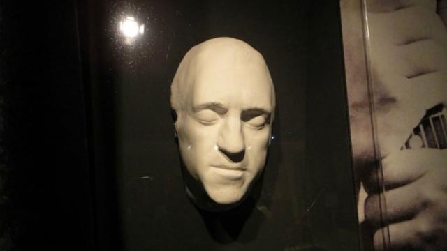 В 2015 году разразился скандал: Влади выставила на аукционе посмертную маску Владимира Высоцкого и его последнее стихотворение, посвященное ей, с автографом автора.