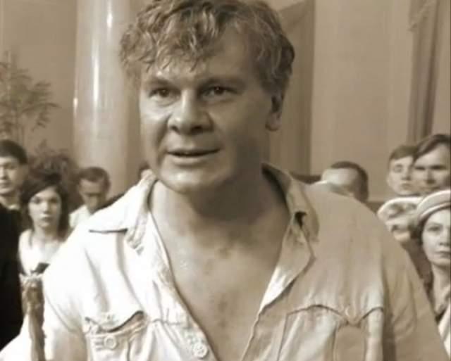 25 февраля 2010 года обнаружен мертвым в собственной квартире исполнитель роли Ивана Бездомного заслуженный артист России Владислав Галкин. Ему было всего 38 лет.
