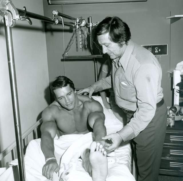 Арнольд Шварценеггер c Джо Уайдером, открывшим его как бодибилдера, 1973 год.