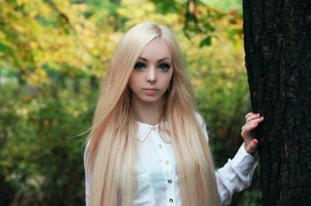 Алина Ковалевская. Еще одна одесситка, которая стала знаменитой благодаря сходству с куклой Барби. Но в отличии от своей землячки Валерии, Алина не стремится повторить невозможные пропорции тела Барби, поэтому не злоупотребляет пластическими операциями.