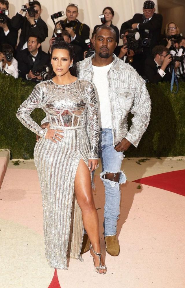 Злую шутку сыграл наряд известной американской телезвезды Ким Кардашьян, выбранный ей для участия в ежегодном Балу Института костюма Met Gala - одного из самых значимых событий в мире моды.