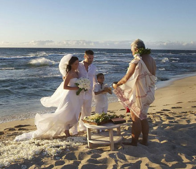 Церемония прошла на одном из гавайских островов, а поскольку немногочисленные гости сохранили тайну, снимки показала уже сама пара, продав одному из таблоидов.