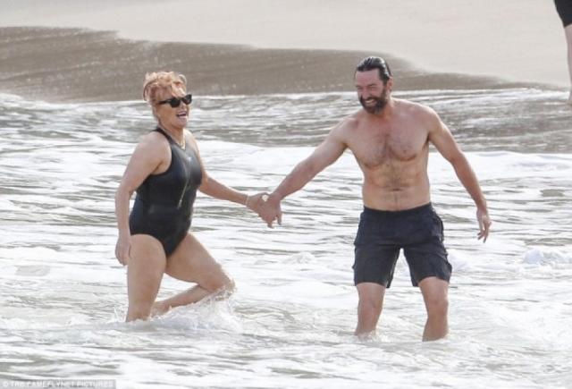 Хью Джекман и Дебора Ли Фернес. Голливудский красавец моложе своей супруги на 13 лет и злые языки частенько обсуждают их пару.