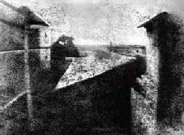 А вот так выглядел первый фотоснимок: вид из окна был снят в 1826 году, снимок делался 8 часов при ярком солнечном освещении.