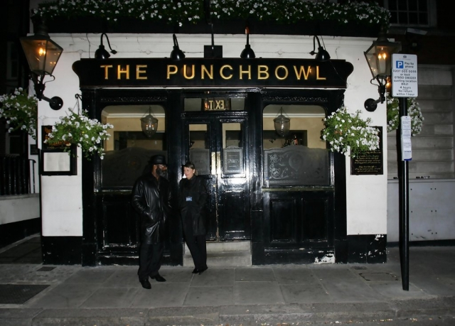 Также режиссеру достался их загородный дом и паб Punchbowl, который супруги купили в Лондоне.
