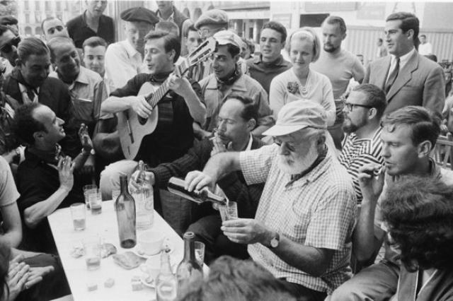 """...на ужин – кьянти из оплетенной бутылки, литра четыре или пять. Как он любил говорить: """"Выпивка – это способ достойно завершить прожитый день"""" и """" виски – это пища не для желудка, а для души""""."""