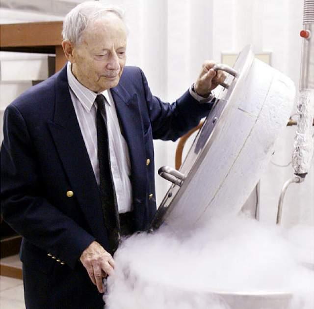 Тело 92-летнего ученого подверглось криоконсервации в его же Институте Крионики посредством помещения в жидкий азот.