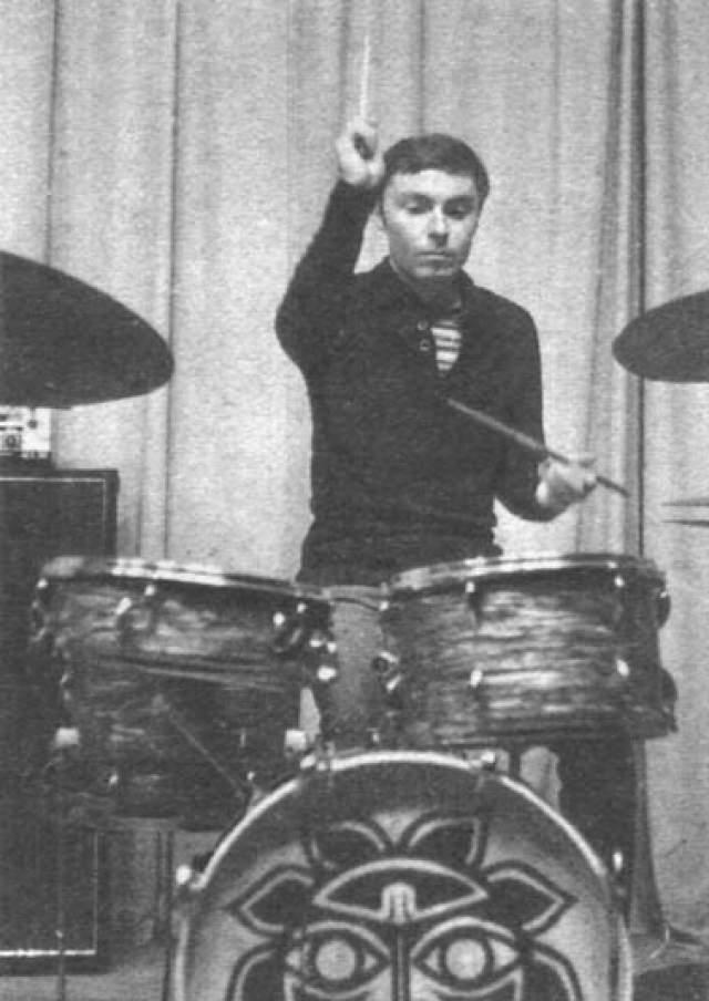 """Максим Капитановский, 64 года, играл на барабанах в """"МВ"""" в 1972-1973 году. Также работал в профессиональных ВИА """"Добры молодцы"""" и """"Лейся, песня"""" (1975—1983). Непродолжительное играл в группе """"Земляне"""". Вернулся в """"МВ"""" как концертно-гастрольный звукорежиссер в 1984 году."""