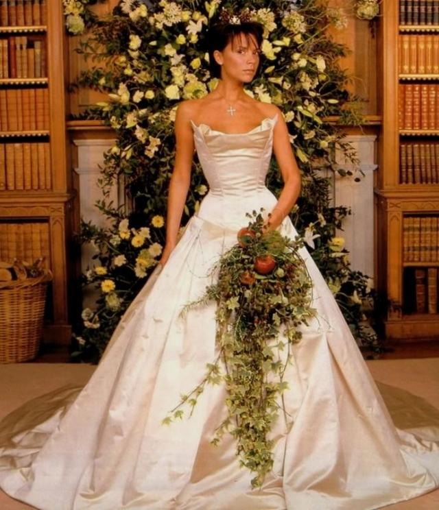 Виктория Бекхэм. О платье звезды шли настоящие споры, а вот о букете невесты мнение более однозначно - он походит на кашпо с комнатным цветком.