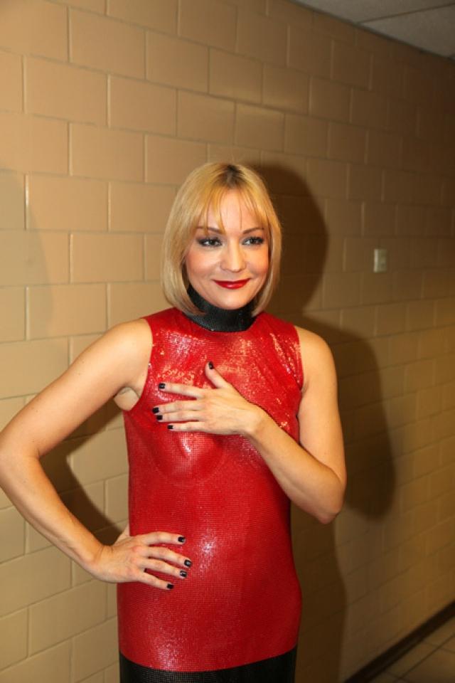 """Татьяна Буланова. Певица, видимо слишком поздно обнаружила, что ее платье является также """"голым"""", поэтому вынуждена была прикрываться руками."""