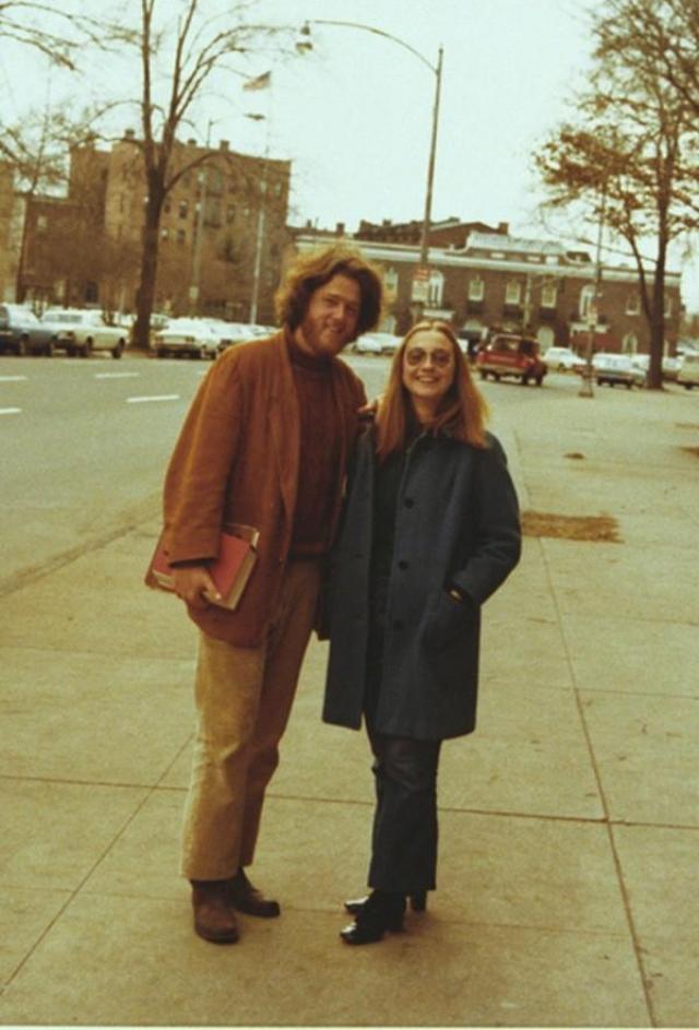 Билл Клинтон в Йельском университете, который он окончил в 1973 году, познакомился с Хиллари Родэм , на которой и женился 11 октября 1975 года.