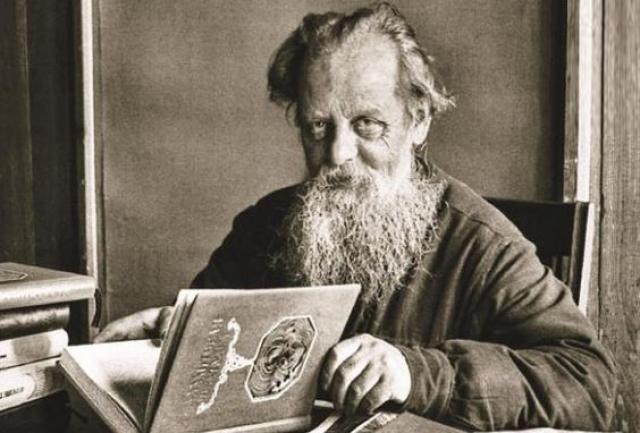 """Только к 60-летию автора был опубликован сборник рассказов """"Малахитовая шкатулка"""", который принес Бажову народную любовь и известность."""