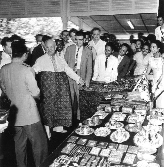 А вот президент Индонезии Сукарно на выставке местных промыслов на острове Бали даже приодел генсека в национальный костюм.