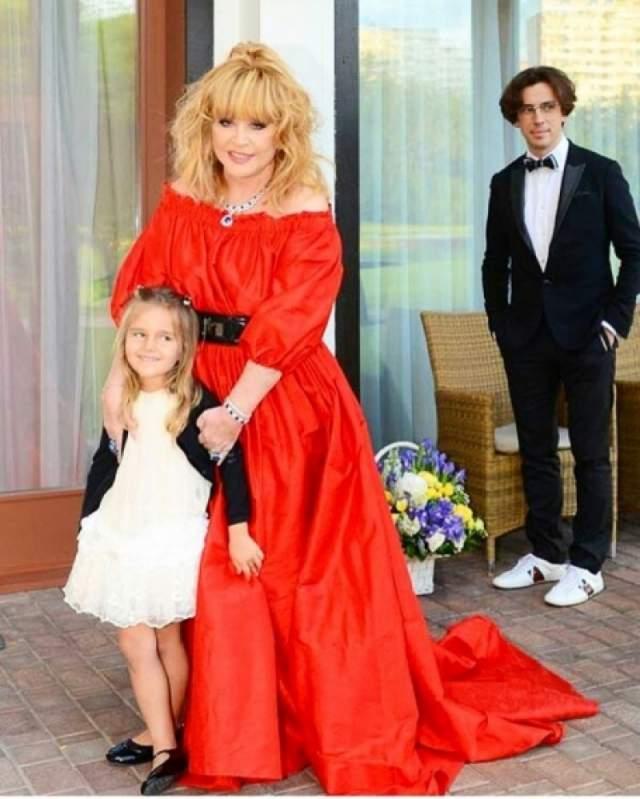 """Клавдия Земцова - единственная внучка Аллы Борисовны, которую она называет """"внучкой-капелькой"""" и """"маленьким чудом""""."""