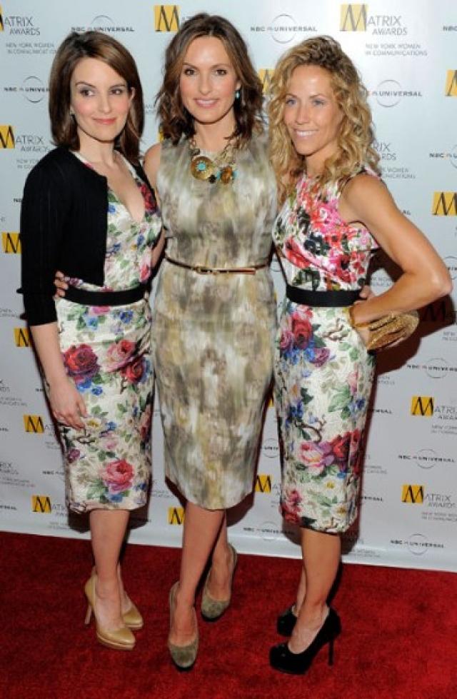 Актриса Тина Фей появилась на Matrix Awards в Нью-Йорке в таком же платье Dolce & Gabbana, что и певица Шерил Кроу.