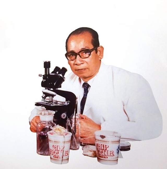 Тогда ему было 48. И он решил, что необходимо избавить людей от этого унижения. Чтобы претворить идею в жизнь, он построил настоящую кухню-лабораторию в сарае за своим домом в городке Икеда.