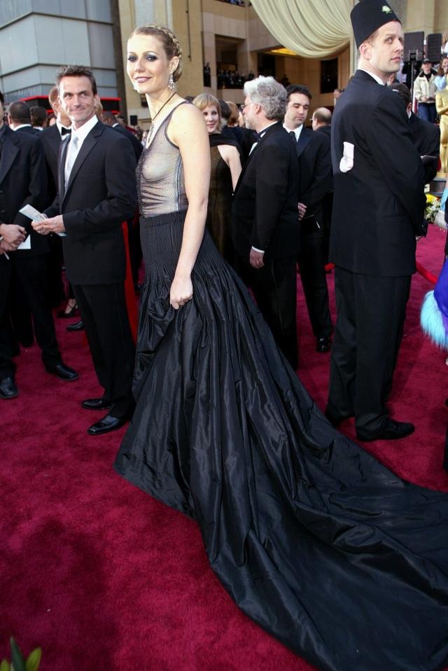 """Гвинет Пэлтроу. Массивная юбка и """"верх"""" без бюстгальтера, пожалуй, одно из самых нелепых сочетаний."""