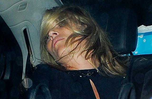 Кейт Мосс. Модель - большая любительница вечеринок и алкоголя, а потому ее фото в подпитии не такая уж редкость.