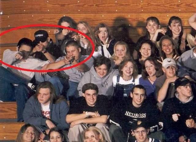 """""""Пли!"""". В апреле 1999 года старшеклассники из американской школы """"Колумбайн"""" позировали для общего снимка. За общей веселостью двое парней, изображающих, будто направляют в камеру винтовку и пистолет, вряд ли обратили на себя внимание."""