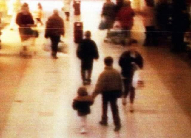 Похищение двухлетнего Джеймса Балджера. Казалось бы, что странного в том, что мальчик постарше ведет младшего за руку? Но за этим снимком скрывается страшная трагедия…