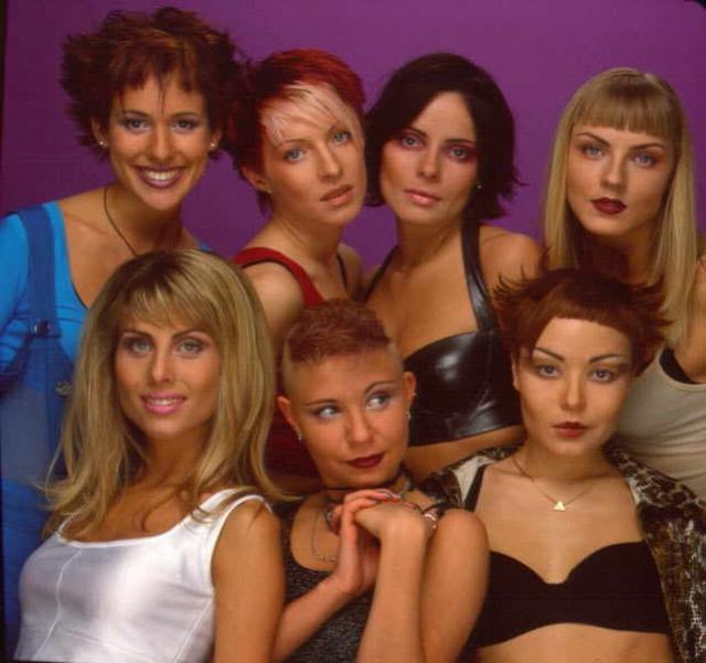 """""""Стрелки"""". Поп-группа была создана студией """"Союз"""" в 1997 году и рассматривалась, как """"наш ответ"""" """"Spice Gilrs"""". Особенно популярным коллектив стал в 1999 году после выхода песни и клипа """"Ты бросил меня"""", в котором снялся популярный актер Ивар Калныньш."""