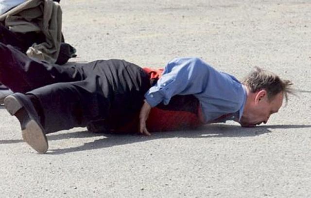 Канадский премьер-министр Жан Кретьен в августе 1999 года во время товарищеской игры в уличный баскетбол с беженцами из Косова запутался в своих конечностях, не совладал с силой тяжести и позорно растянулся во весь рост.
