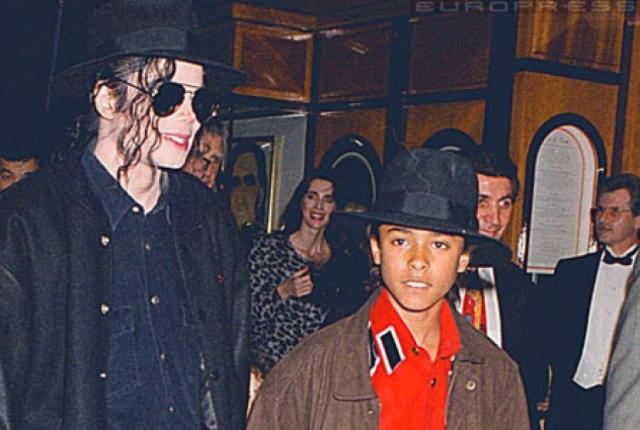 """Майкл Джексон. В 1993 году на поп-короля обрушились громкие обвинения: 13-летний Джордан Чандлер, который был его фанатом и часто бывал у него на ранчо """"Неверлэнд"""", по словам отца мальчика, признался, что певец заставлял его трогать свои гениталии."""