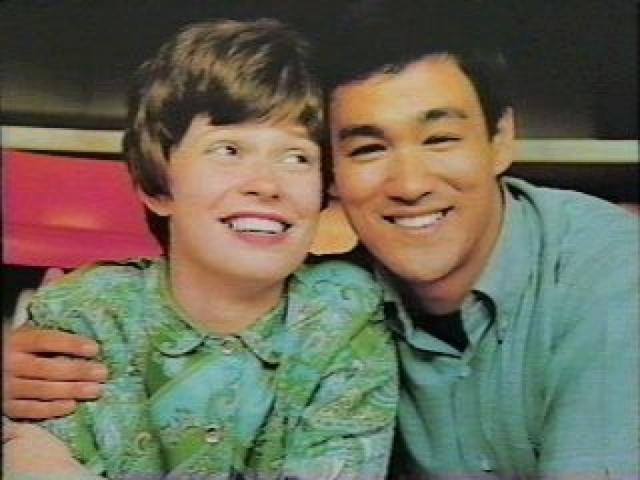 Брюс Ли и Линда Кедуэлл. Встреча пары произошла в Гарфилдской высшей школе в Сиэтле, куда актер, бывший тогда студентом Университета Вашингтона, приехал продемонстрировать искусство кунг-фу.