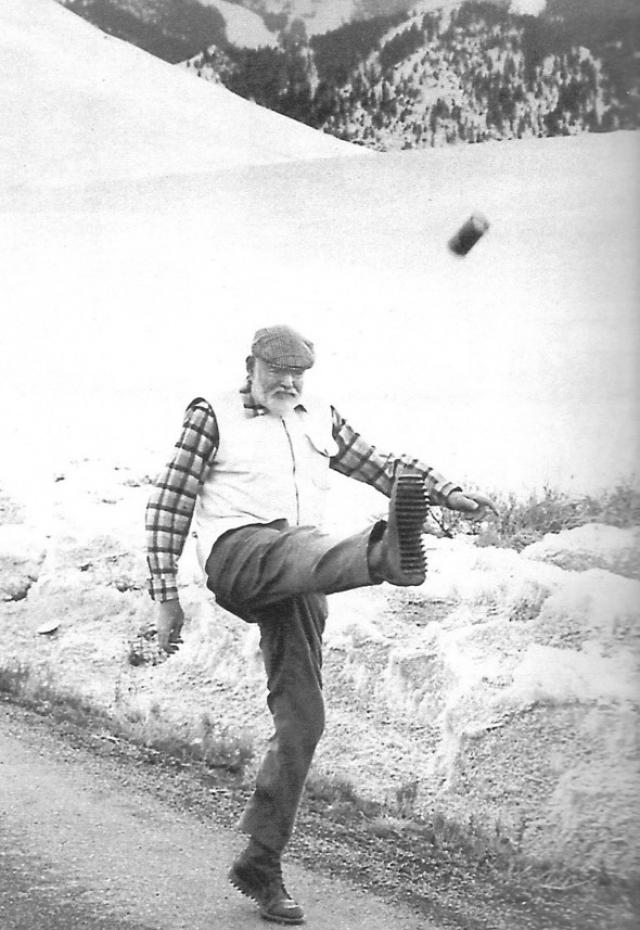 """Эрнест Хэмингуэй. Лауреат Нобелевской премии 1954 года по литературе, полученной за известнейшую повесть """"Старик и море"""" также один из самых известных выпивох."""